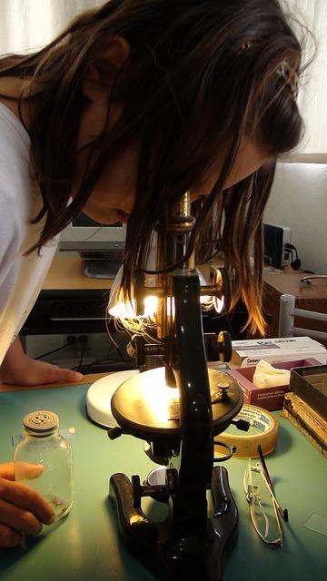 niña mirando por un microscopio