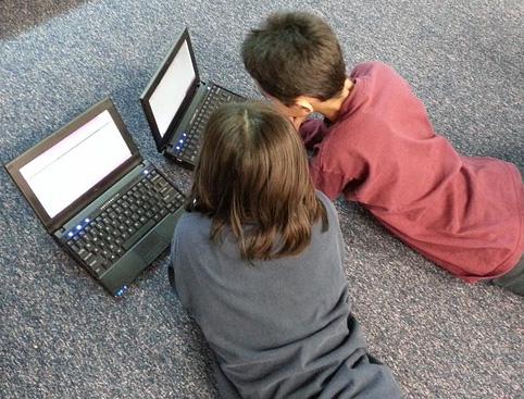 regular el tiempo de exposición a las pantallas en los menores